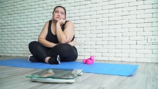 vídeos y material grabado en eventos de stock de concepto de mujer regordeta - piel grasa