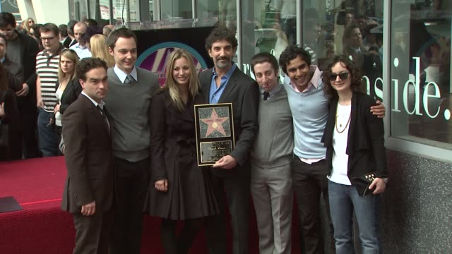 stockvideo's en b-roll-footage met chuck lorre with the cast of 'the big bang theory' at the chuck lorre receives a star on the hollywood walk of fame at los angeles ca - ensemble lid