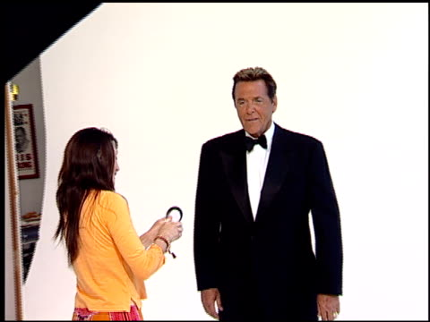 vídeos de stock, filmes e b-roll de chuck woolery at the legendary game show gurus launch of the '$250,000 ultimate game show' at null in los angeles, california on august 31, 2007. - game show