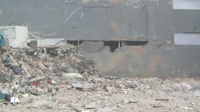 vídeos y material grabado en eventos de stock de chunk of damaged building falls away in padang city / audio - isla de sumatra