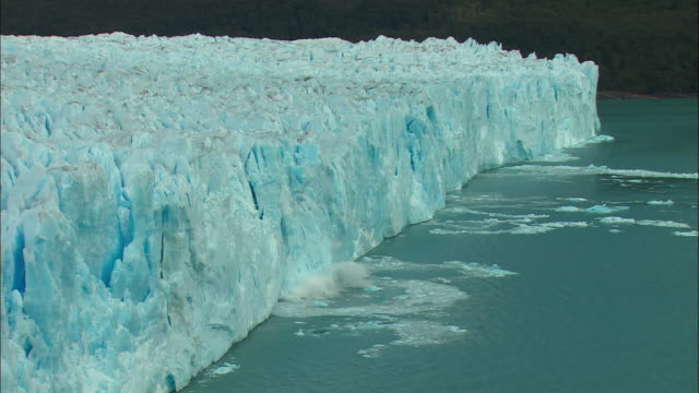 ms, ha, chunk of ice from perito moreno glacier falling into water, los glaciares national park, patagonia, argentine - ice stock videos & royalty-free footage