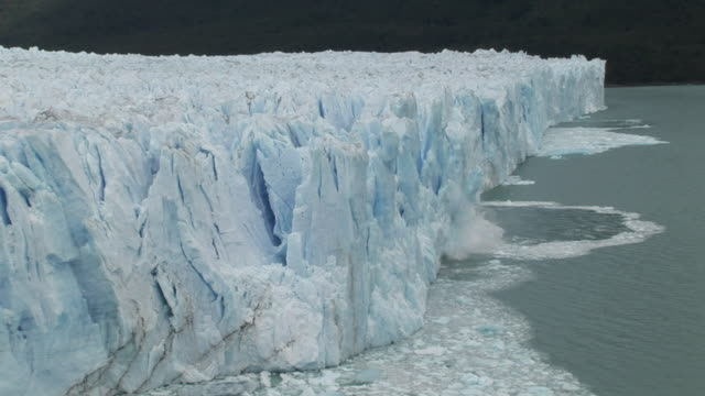 ms, ha, chunk of ice from perito moreno glacier falling into water, los glaciares national park, patagonia, argentine - 氷河点の映像素材/bロール