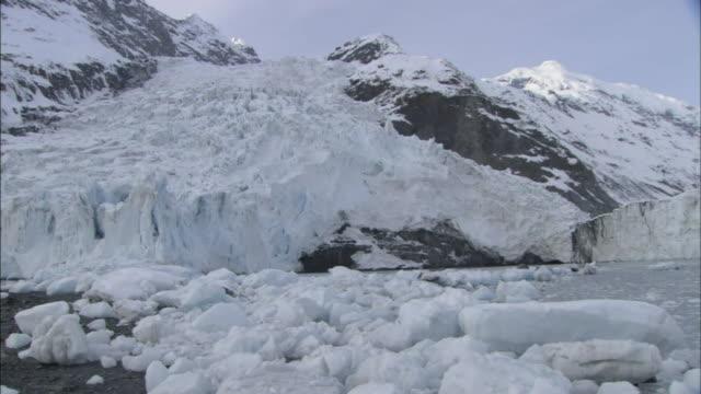 stockvideo's en b-roll-footage met chunks of ice float at the base of glaciers in prince william sound, alaska. - alaska verenigde staten