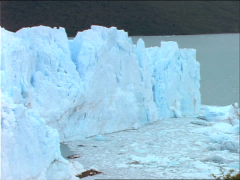 vídeos de stock e filmes b-roll de chunks of ice float in a glacial lake. - forma de água