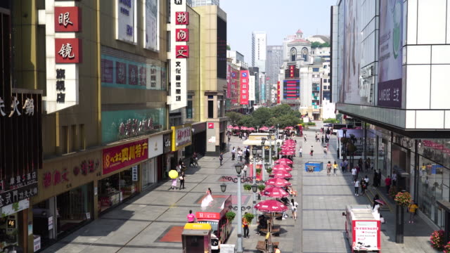 chunxi road is the traditional business district in chengdu the busiest shopping downtown chengdu the capital of sichuan province is the fastest... - 成都点の映像素材/bロール