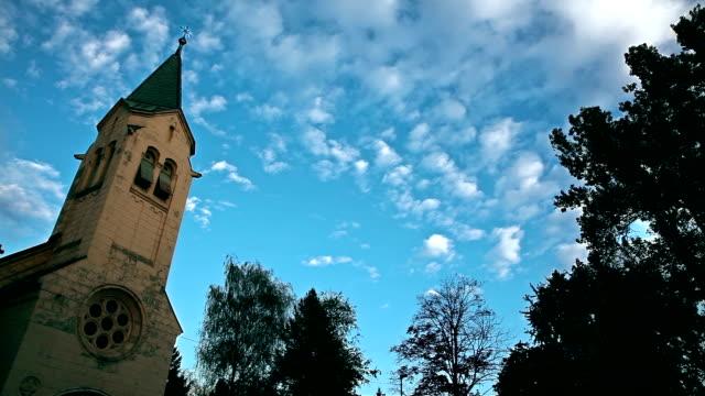 HD: Kirche und Wolkengebilde im Zeitraffer