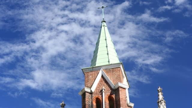 church and passing clouds (full hd timelapse) - tornspira bildbanksvideor och videomaterial från bakom kulisserna