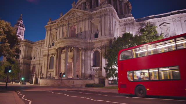 vídeos y material grabado en eventos de stock de iglesia de la noche en londres. autobús rojo. turistas en un tour a un hito famoso - autobús de dos pisos