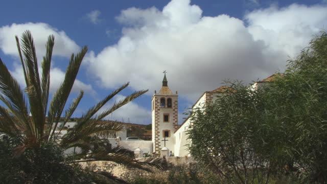 ms, zo, church behind palm leaves / vega de rio palmas, fuerteventura, canary islands, spain - palma nana video stock e b–roll