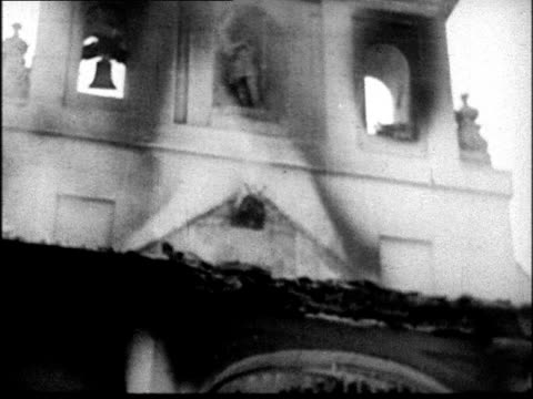 vidéos et rushes de church burning after shelling / troops cheering and looking at camera / francisco franco saluting / crowd giving fascist salute and marching past... - bombardement