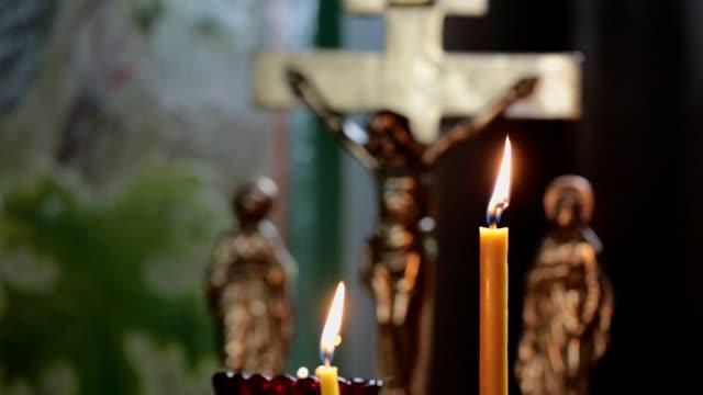 kirche-kerzen und kreuz. - kreuz religiöser gegenstand stock-videos und b-roll-filmmaterial