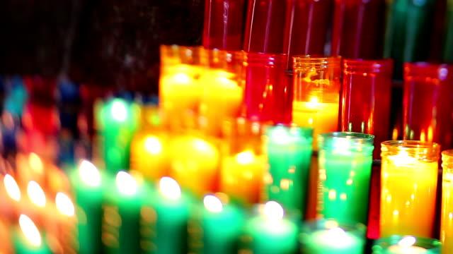 kirche kerzen in der höhle - religiöse stätte stock-videos und b-roll-filmmaterial