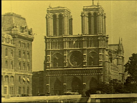 stockvideo's en b-roll-footage met church, cathedral, notre dame, flying butresses, french gothic architecture, roman catholic, marian, seine. notre dame de paris on january 01, 1920... - sepiakleurig
