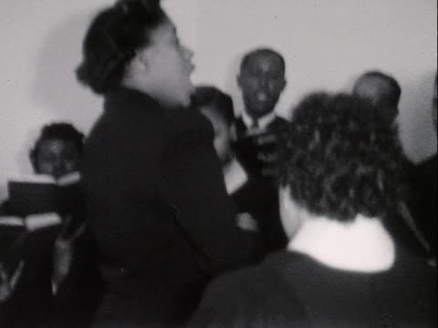 1950 montage b/w church choir and congregation singing during church service/ greenwood, tulsa, oklahoma, usa - 賛美歌点の映像素材/bロール