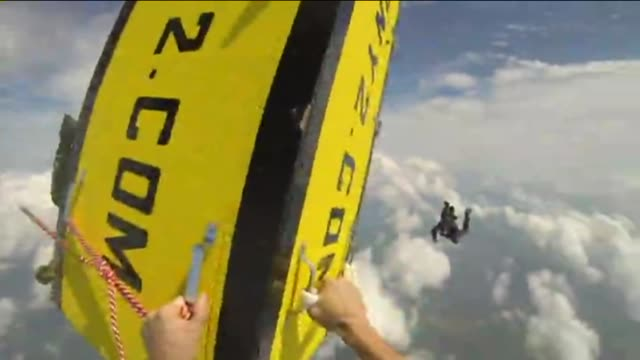 church deacon tony martin jumped out of an airplane while being locked and handcuffed inside a box escape artist jumps out of airplane in box on... - 手品師点の映像素材/bロール