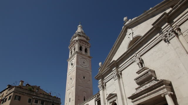 vidéos et rushes de ms la church facade with bell tower by it's side / venice, italy - fronton