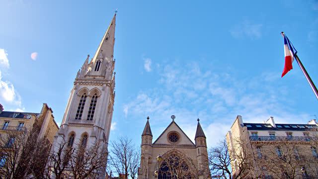 vidéos et rushes de église, gothique, drapeau de la france. horizon de paris - église