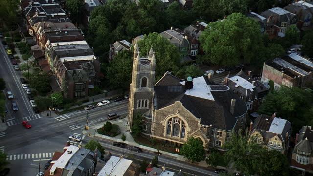 aerial church in city and surrounding buildings / philadelphia, pennsylvania, united states - privatfahrzeug stock-videos und b-roll-filmmaterial