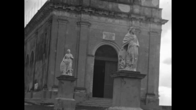 vídeos de stock e filmes b-roll de a church in havana, cuba. - figura feminina