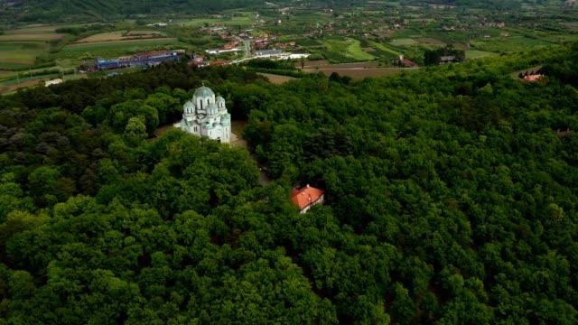 丘の上の森の教会ストックビデオ - 丸屋根点の映像素材/bロール