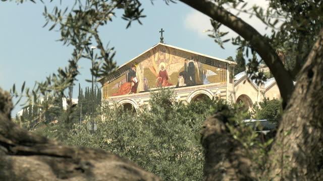 vídeos y material grabado en eventos de stock de ms r/f church of all nations behind olive trees / gethsemane, jerusalem, israel - frontón característica arquitectónica