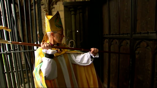 church of england plans to 'compete' wonga out of existence r21031310 canterbury ext justin welby banging on door fo the cathedral with his staff... - ジャスティン・ウェルビー点の映像素材/bロール