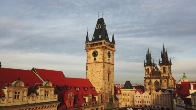 stockvideo's en b-roll-footage met kerk van onze vrouwe vóór tyn in praag, tsjechië - praag oudestadsplein
