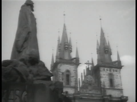 vídeos de stock, filmes e b-roll de church of our lady in front of tyn w/ partial statue of jan hus fg crowded sidewalk czech republic - stare mesto
