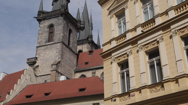 church of our lady in the old town square, prague, czech republic, europe - altstädter ring stock-videos und b-roll-filmmaterial