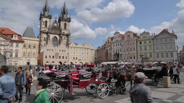 vídeos de stock, filmes e b-roll de church of our lady in the old town square, prague, czech republic, europe - stare mesto