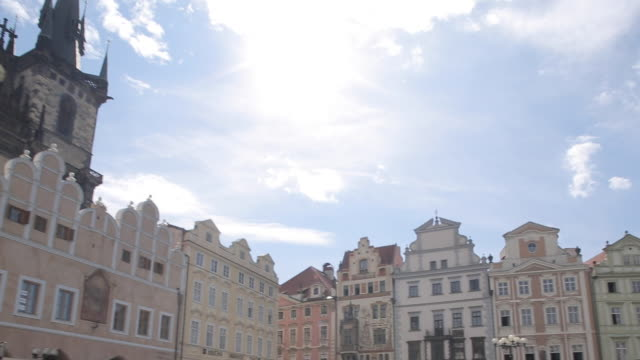 vidéos et rushes de church of our lady & town hall clock tower on old town square, prague, czech republic, europe - place