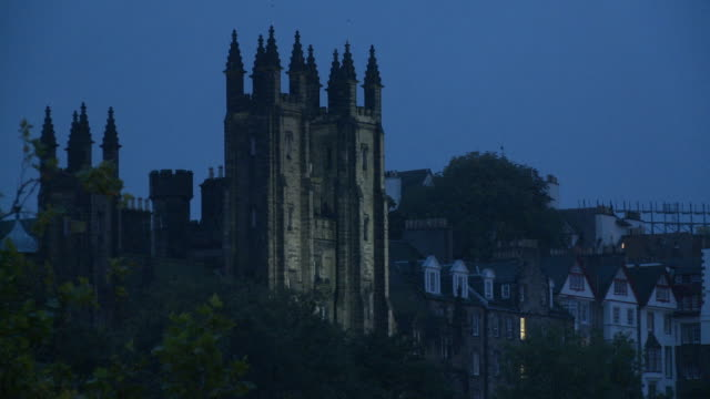 stockvideo's en b-roll-footage met ws, pan, church of scotland general assembly hall and edinburgh castle at dusk, edinburgh, scotland, united kingdom, ha - 16e eeuwse stijl