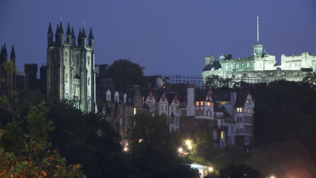 stockvideo's en b-roll-footage met ws, ha, church of scotland general assembly hall and edinburgh castle illuminated at dusk, edinburgh, scotland, united kingdom - 16e eeuwse stijl