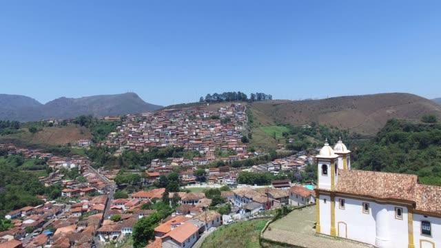 vídeos de stock e filmes b-roll de church on the top and the beautiful city of ouro preto in minas gerais, brazil - preto