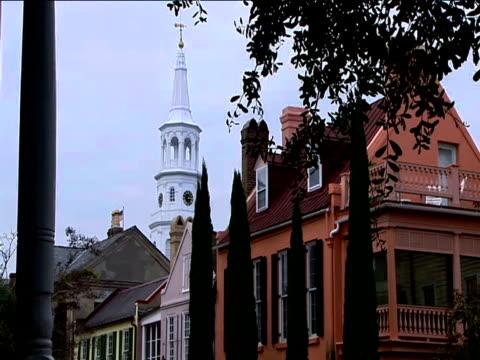 vídeos y material grabado en eventos de stock de church spire stands above historical buildings - chapitel