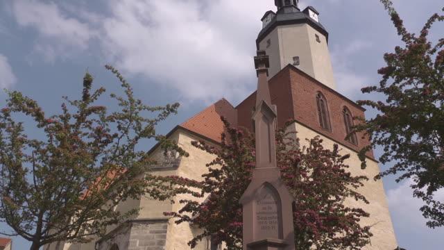 church st. george with monument - 宗教的指導者 マルティン・ルター点の映像素材/bロール