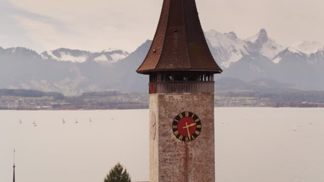 Clocher d'église avec fond Alpine - Oberhofen, Suisse