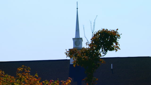 vídeos y material grabado en eventos de stock de church steeple zoom out to landscaped grounds - aguja parte de planta