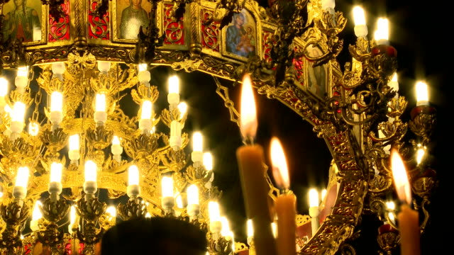 chiesa sveta nedelia candele e di icone - nuovo testamento video stock e b–roll