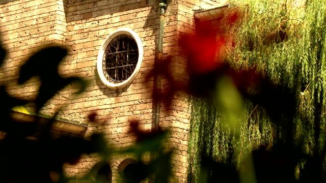 教会 sveta nedelia 、サークルウィンドウの正面玄関の細部 - 新約聖書点の映像素材/bロール