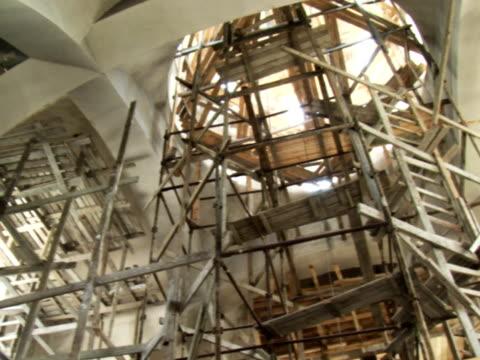 kirche unter bau-ntsc - baugerüst stock-videos und b-roll-filmmaterial