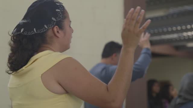 churchgoers singing, medium shot - ミサ点の映像素材/bロール