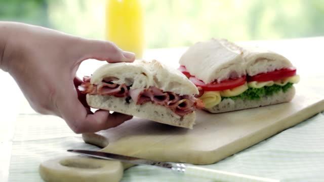 チャバタのサンドイッチ - チェダー点の映像素材/bロール