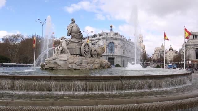 vídeos de stock e filmes b-roll de cibeles fountain in plaza cibeles, madrid, spain, europe - dia