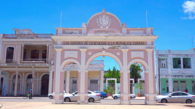 vidéos et rushes de cienfuegos, cuba: triumph arch built by workers honouring the homeland - cuba