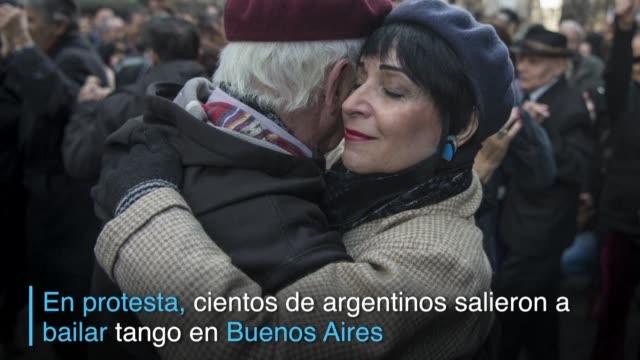 cientos de aficionados al tango salieron a bailar en las calles de buenos aires en protesta contra las medidas economicas del gobierno de mauricio... - mauricio macri stock videos and b-roll footage