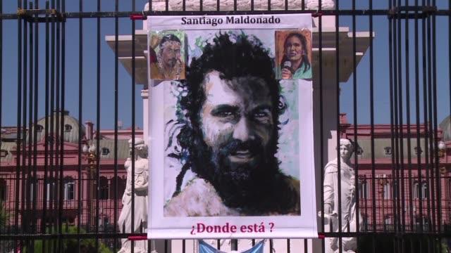vídeos de stock, filmes e b-roll de cientos de argentinos marcharon alrededor de la plaza de mayo de buenos aires el jueves para demandar al gobierno que ponga fin a las desapariciones... - autopsia
