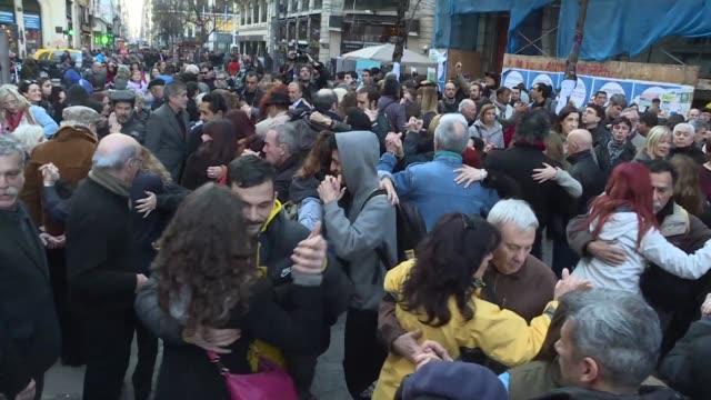 vídeos de stock e filmes b-roll de cientos de argentinos salieron a bailar tango el martes para rechazar las medidas economicas del gobierno que amenazan con cerrar salones de baile de... - bailar