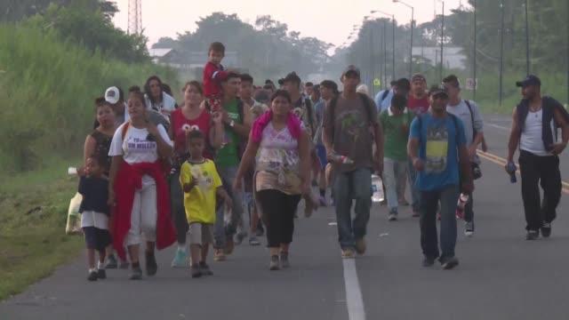 vídeos de stock, filmes e b-roll de cientos de bebes y ninos viajan en la multitudinaria caravana de migrantes hondurenos que atraviesa mexico rumbo a estados unidos trazando la cara... - convoy