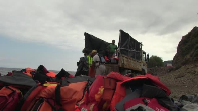 cientos de chalecos salvavidas quedan a diario en las costas de grecia una vez que son usados por los migrantes en su travesia a europa occidental el... - diario stock videos and b-roll footage